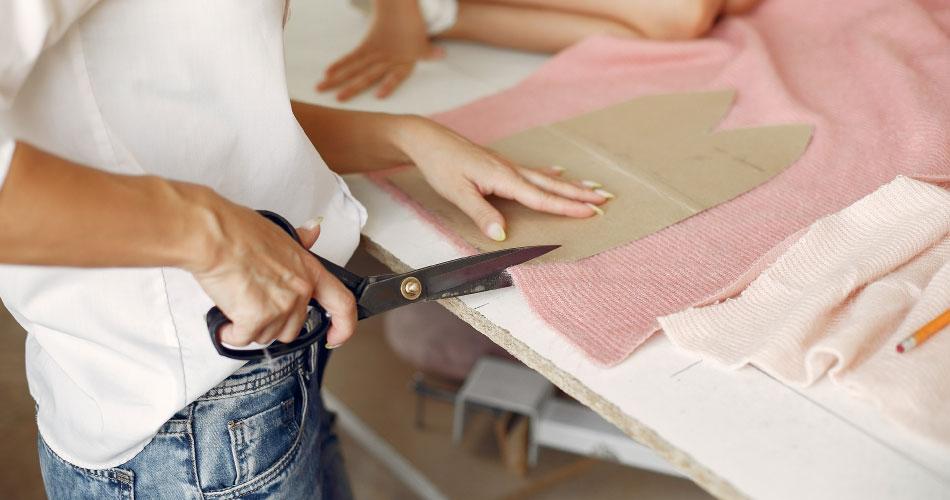 Joven trabaja en su negocio de diseño de ropa