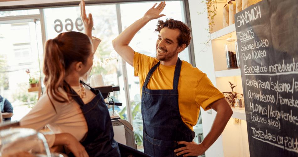 Dueños de cafetería celebran éxito de su negocio