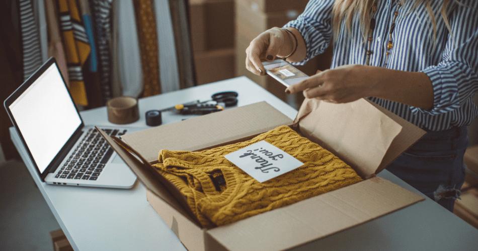 emprendedora empacando suéter para entrega