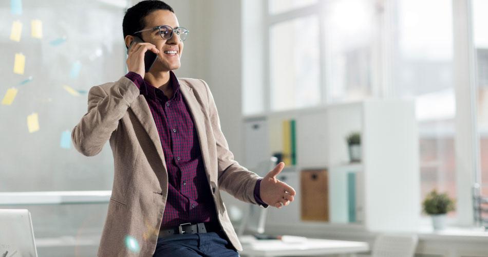 joven emprendedor habla por teléfono para solicitar financiamiento