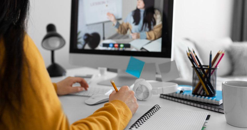 Joven en capacitación virtual de emprendimiento