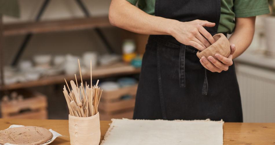 dueño de negocio de piezas de cerámica