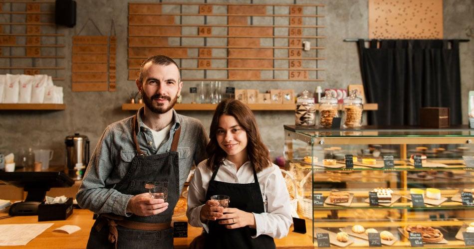 dueños de cafetería en mostrador