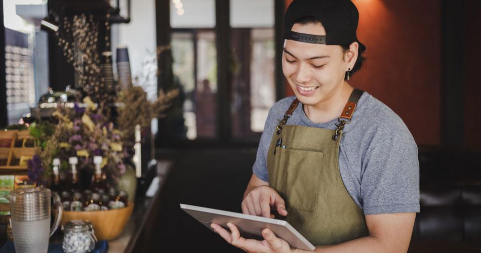 joven emprendedor busca proveedores en tablet